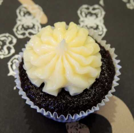 white ganache chocolate cupcake1